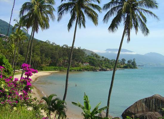 Também conhecida como Praia da Pedra do Sino, devido uma das lendas mais conhecidas da ilha. Facilmente avistada da avenida, reúne alguns bares e restaurantes e para os mais esportistas pessoas alugam caiaques. Na temporada recebe muitos turistas.