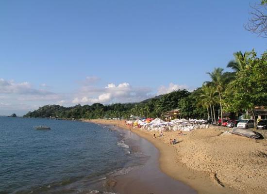 É a maior das praias do sul com cerca de 650 m de extensão. A praia pode ser vista da avenida com seus quiosques e mesas espalhadas por sua orla além de calçadão com banquinhos e até uma quadra poliesportiva. A praia também é procurada para a prática do windsurf e mergulho.