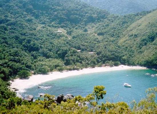 Quase deserta está localizada a direita da Praia do Bonete de onde sai a trilha de cerca de 3 km que leva a praia. Uma pequena cachoeira que forma uma piscina natural completa o visual paradisíaco do local.