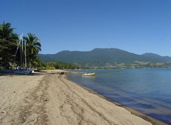 A Praia do Itaquanduba tem algo próximo a 100m. de extensão e foi escolhida como campinho de futebol pela garotada local. O seu nome vem do tupinambá e significa - pedra que rola. Protegida da arrebentação do mar ela é indicada para vela e canoagem.