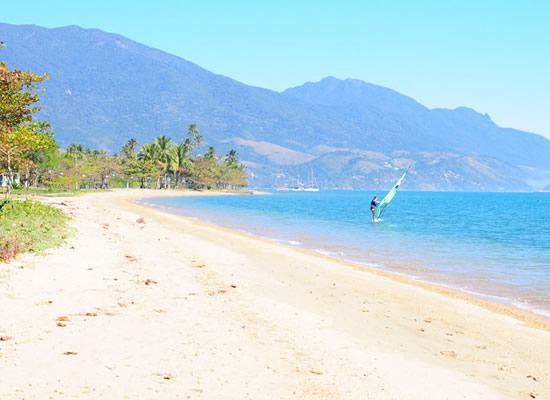 Na Praia do Pequeá está localizado a Secretaria Municipal de Turismo e o Projeto Navegar, escola de Vela e Caiaque especialmente montada para ensinar o esporte para crianças das escolas municipais de Ilhabela. Freqüentada mais por moradores e veranistas a praia oferece boa estrutura.