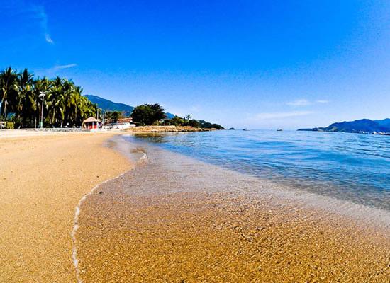 A Praia do Perequê está próxima dos principais comércios de Ilhabela e é totalmente avistada da avenida principal. Possui bares em toda sua orla que ficam repletos na temporada. Ultimamente foi descoberta pelos praticantes do Kite Surf que, em dias de vento, lotam a praia.