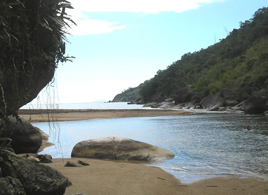 A praia leva esse nome graças a uma lagoa de água doce formada pela Cachoeira do Poço e contida pela areia da praia. O acesso é feito por barco ou uma trilha que parte da praia do Jabaquara e passa pela praia da Fome.