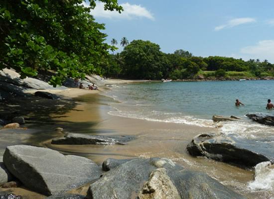Com cerca de 200 m de areias amareladas e águas tranqüilas, o Veloso é a última praia que pode ser alcançada de carro na costa sul da Ilha. Muito tranqüila, é para aqueles que optam pelo descanso e um banho em suas águas calmas.
